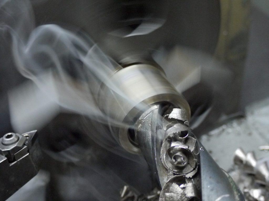汎用旋盤でステンレス鋼を加工した際の煙