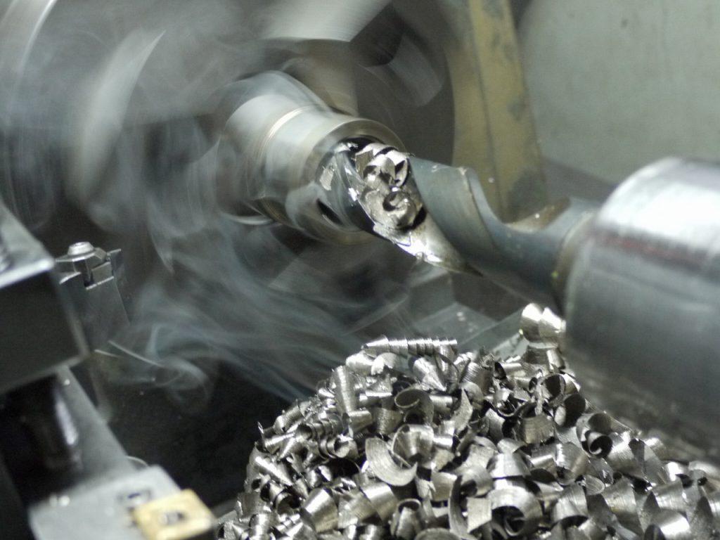 汎用旋盤でステンレス鋼をドリル加工した際の煙